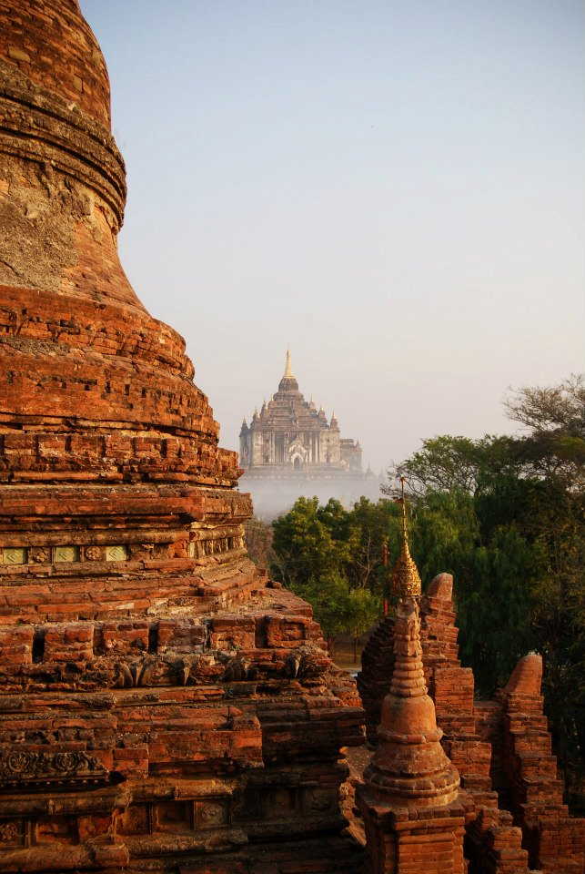 See the temples of Bagan at sunrise is an indescribable experience.