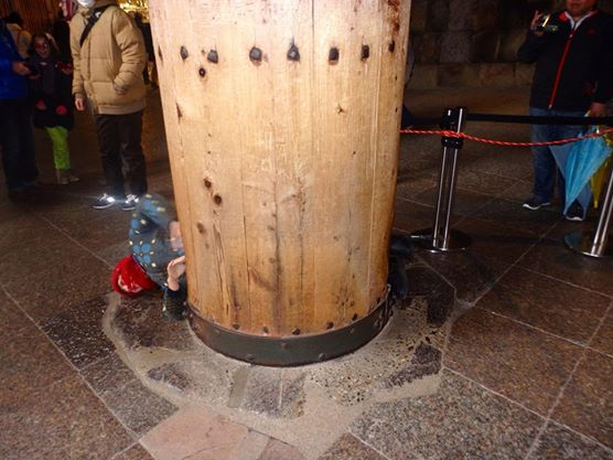 They say that if you can pass through the hole in this pillar in Todaiji Temple you'll become wiser. They say.