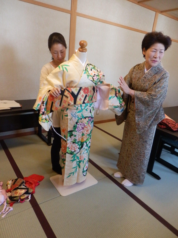 A kimono lesson at the ryokan