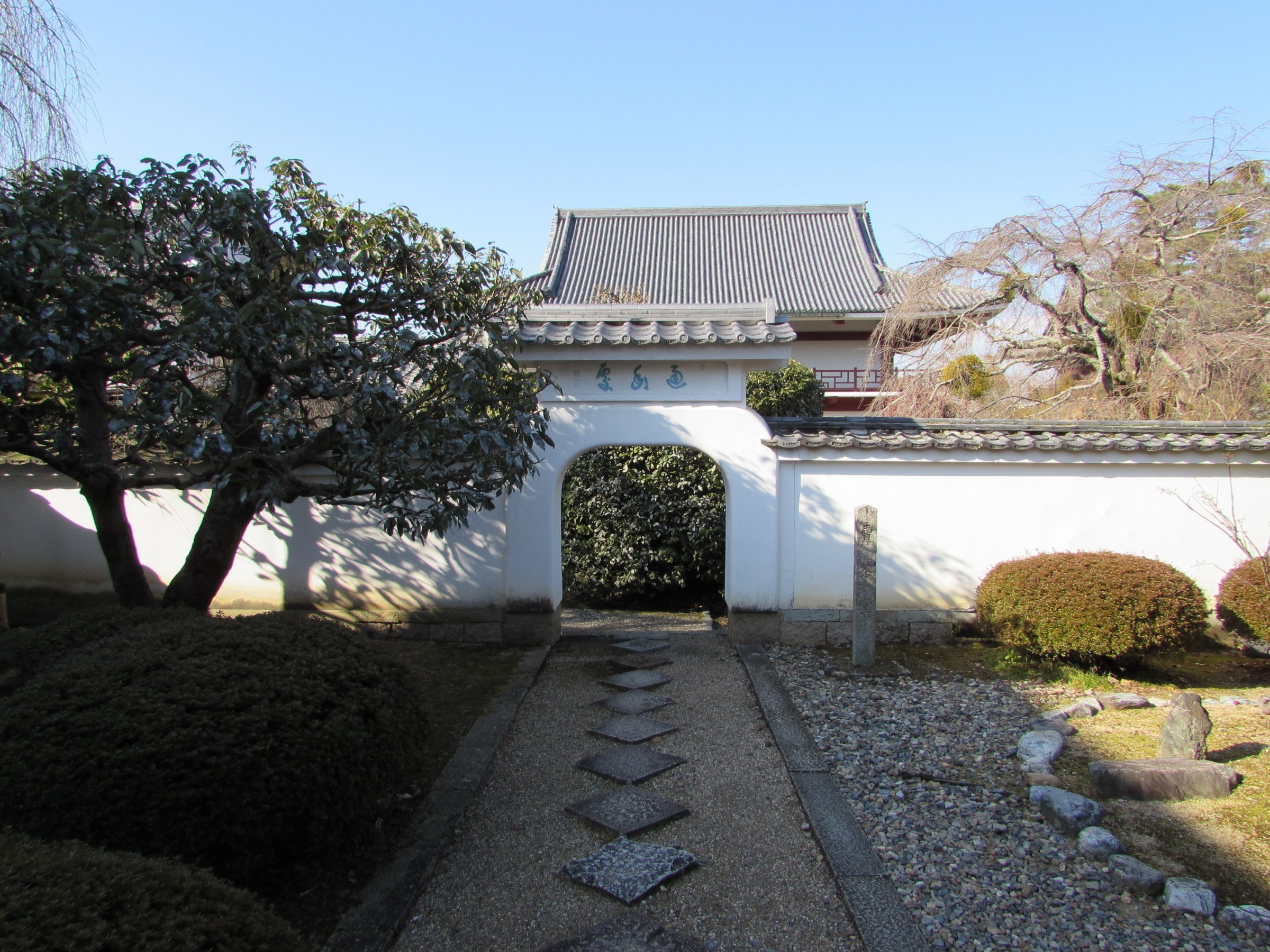 Throughout the temple complex you will find architecture that's a little different to that found at other Buddhist temples in Japan. These white walls and curvaceous doorways are an example of the temple's lingering Chinese influence.