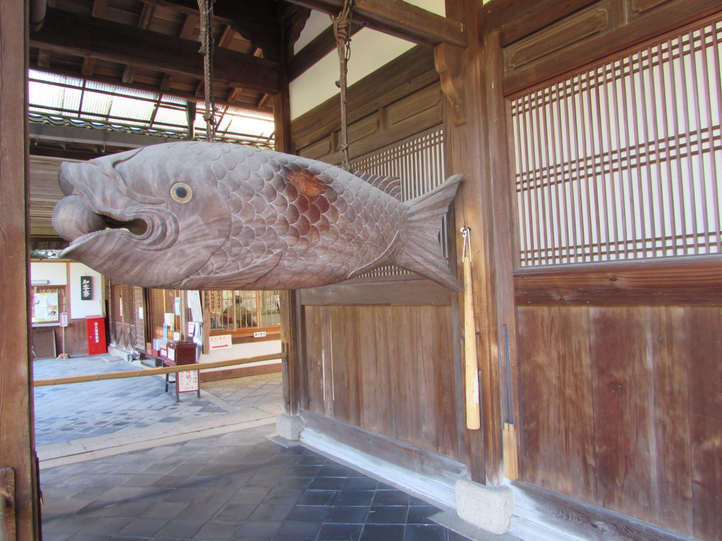 Another instrument that you'll come across is the 'Mokugyo' or 'Wooden Fish'. The fish is hollow and struck with a wooden mallet, which produces a pleasing clonking sound. The Mokugyo at Mampuku-ji is prized as a particularly fine specimen - not least for its impressive size!