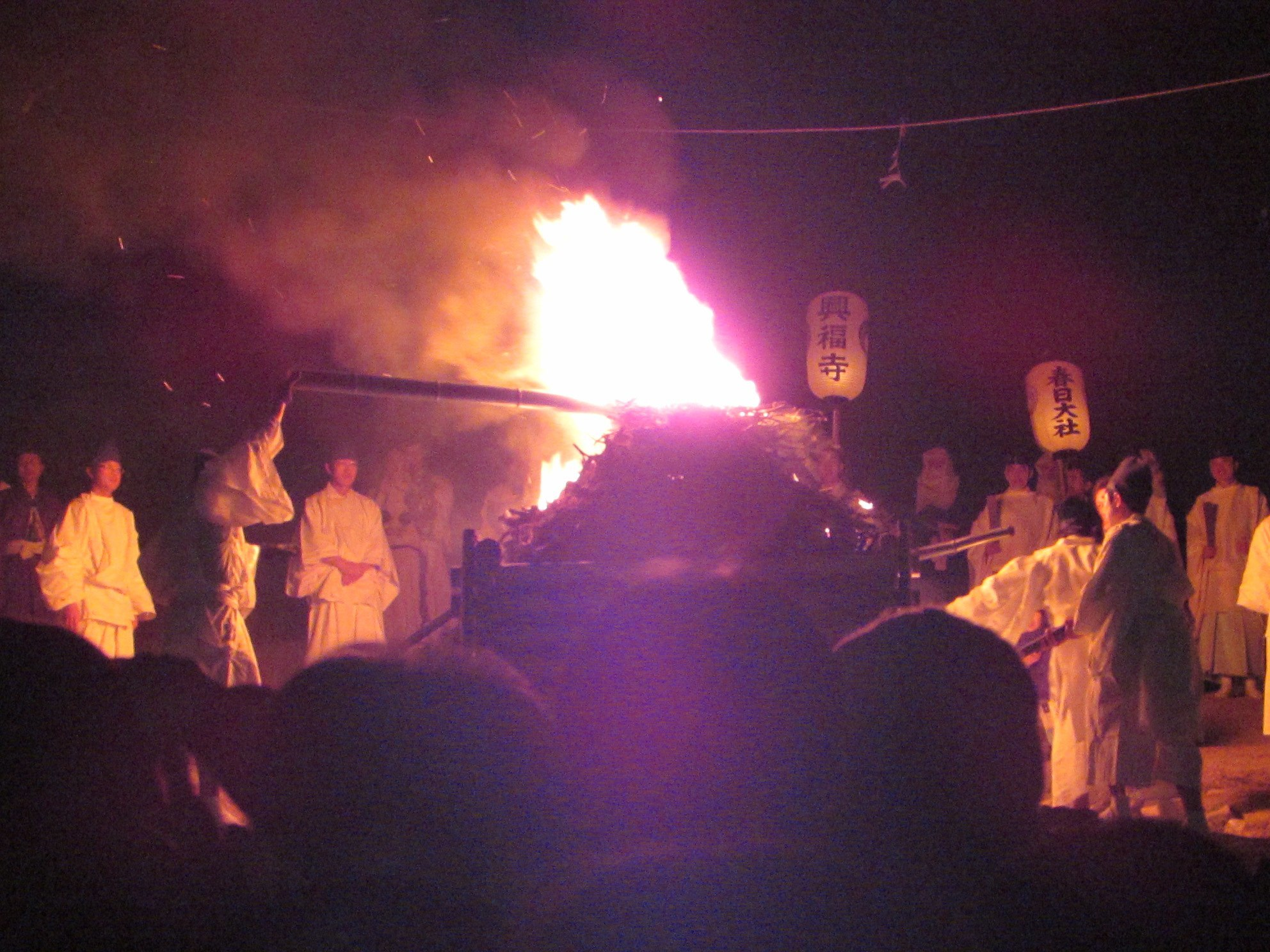 Once it was dark, the fire from the three lanterns was used to set fire to another bonfire! The whole festival is essentially a big fire relay!