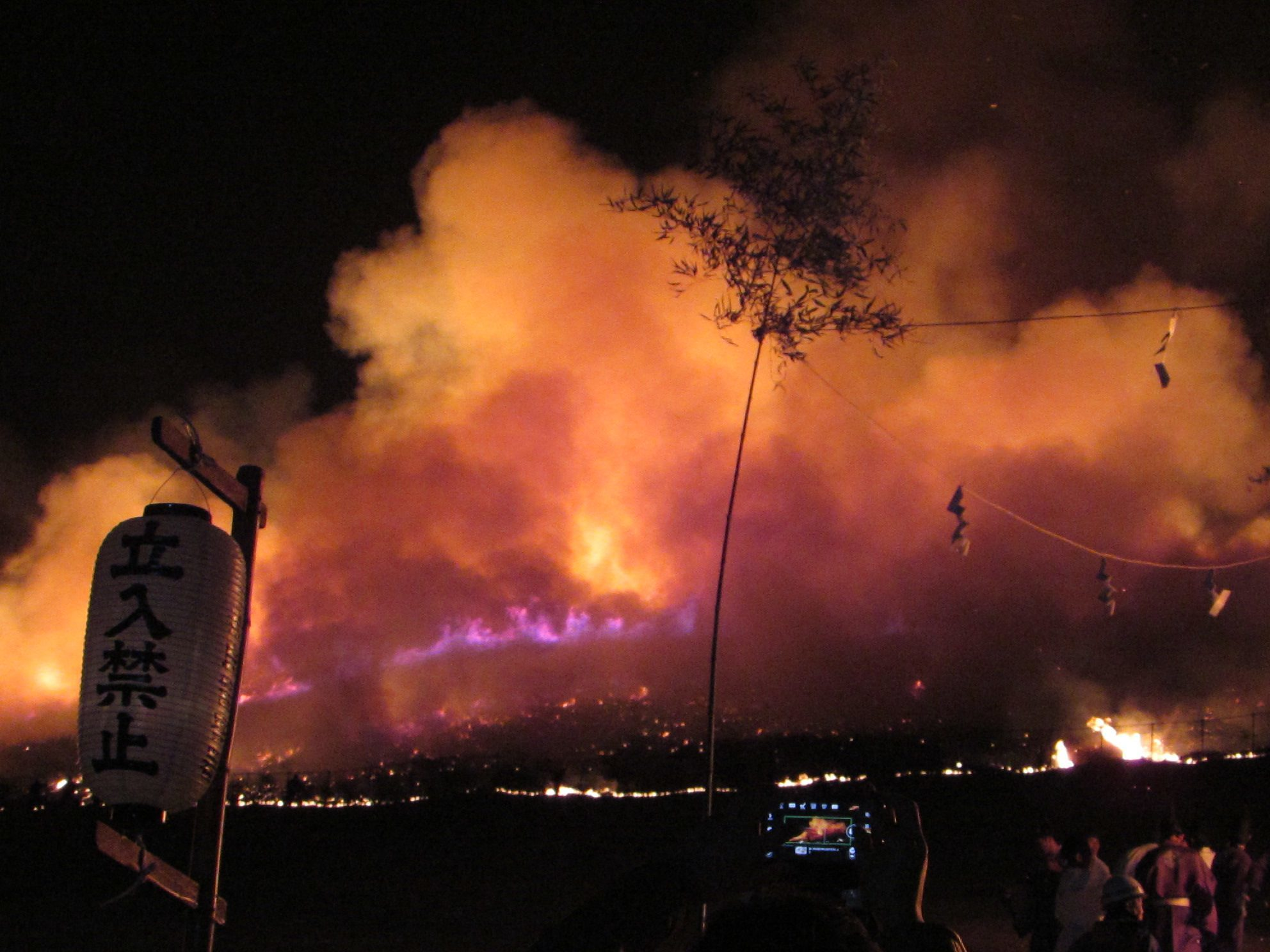 ... but thanks to the dry conditions, the fire quickly spread to envelop the whole mountainside!