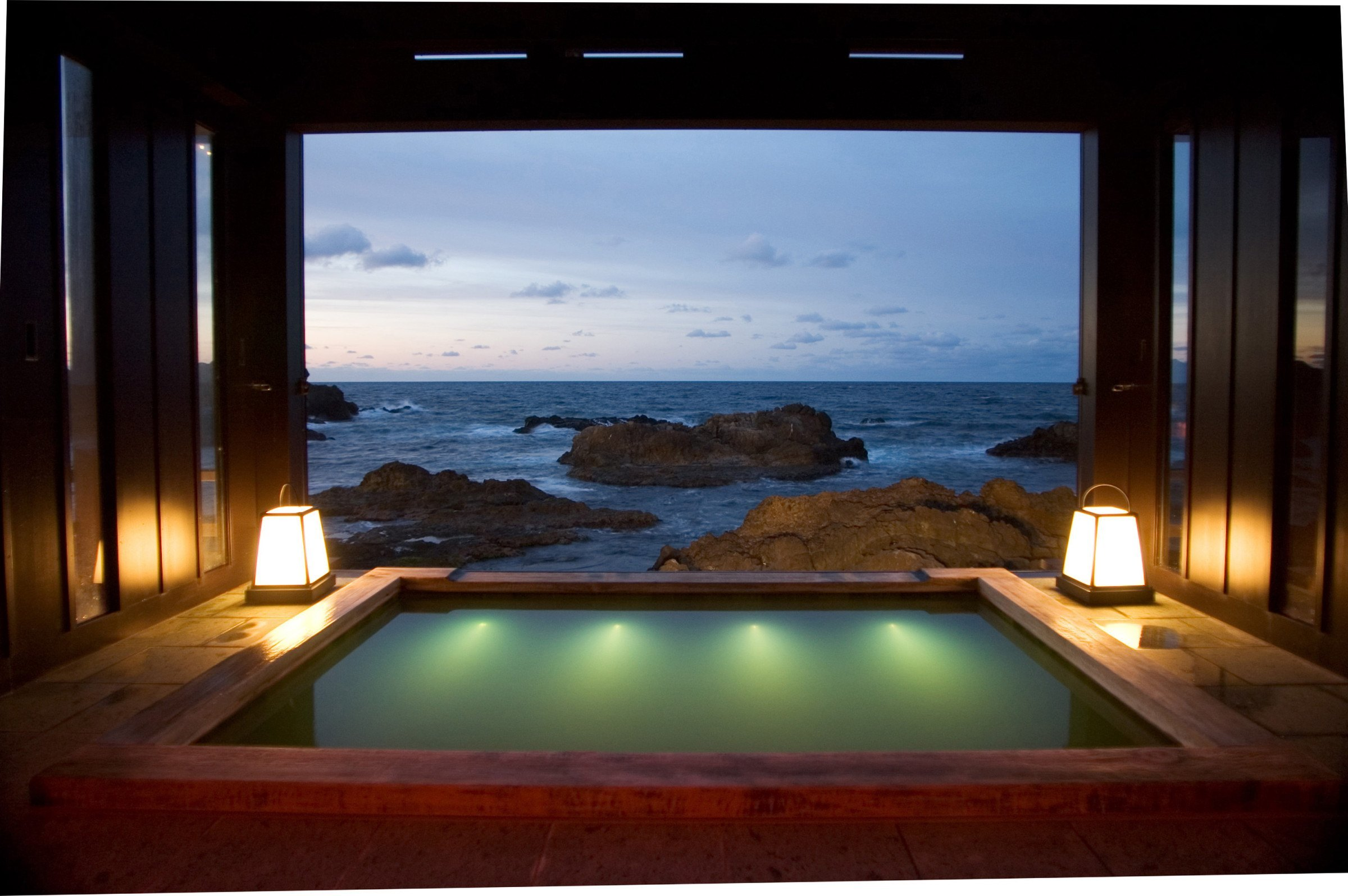 A hot spring bath overlooking the ocean at Lamp no Yado