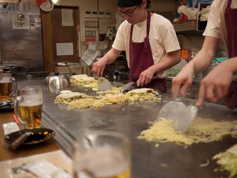 Okonomiyaki in action