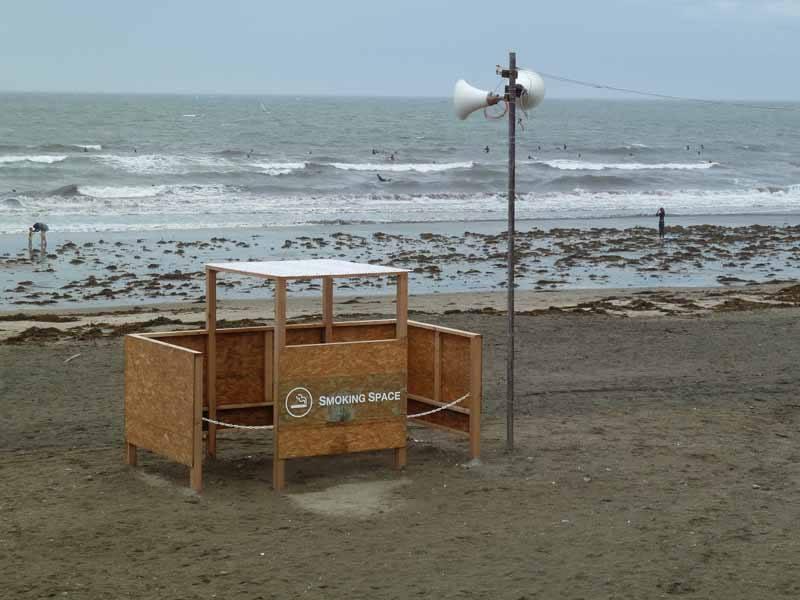 Smoking area on the beach in Kamakura (Photo: Jennylostinjapan)