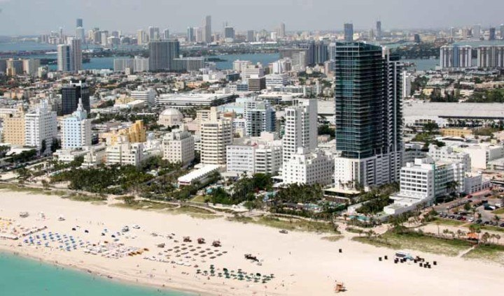 Clear sand and turquoise waters in Miami beach