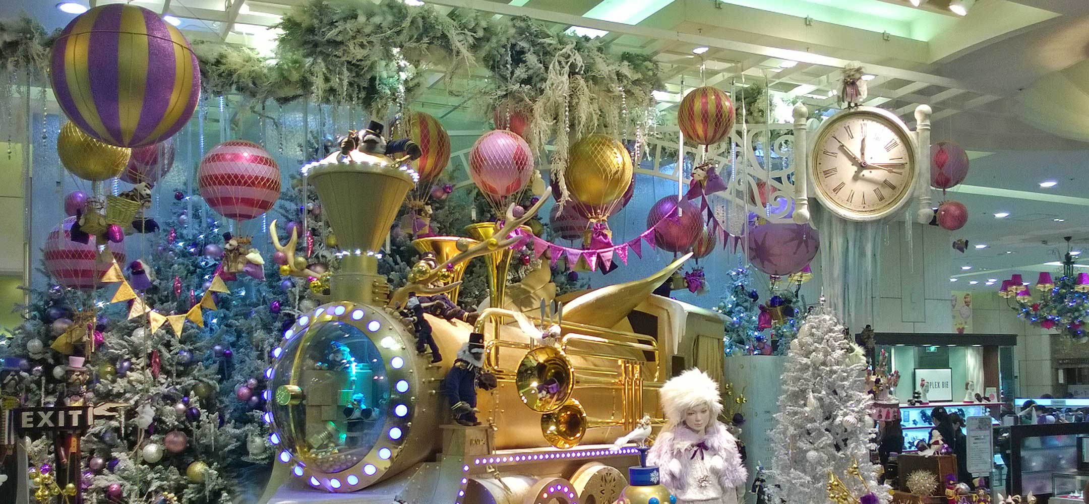 christmas in japan Christmas in japan is celebrated not with family get-togethers, singing of carols, midnight mass, and turkey dinners, but in a uniquely japanese way that includes christmas cake, kentucky fried chicken, and romantic evenings in hotels.